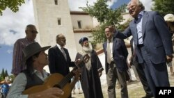 Шломо Моше Амар, главный равин сефардов Израиля, слушает фламенко во время визита в Гранаду.