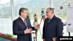 """O'zbekiston prezidenti Shavkat Mirziyoyev """"O'zgidroenergo"""" rahbari Abdug'ani Sanginov bilan. 2017 yil¸ may"""