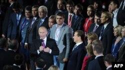 """Дмитрий Медведев и Владимир Путин на съезде """"Единой России"""". 24 сентября 2011 г"""