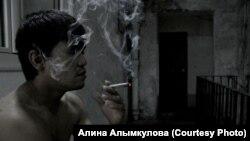 Мужчина курит сигарету с коноплей. Иллюстративное фото.