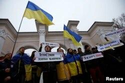Проукраїнські демонстранти на акції протесту проти російської агресії біля пам'ятника Шевченку в Сімферополі. 10 березня 2014 року