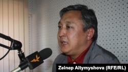"""Дүйшөнкул Чотонов """"Азаттык"""" радиосунун студиясында, 2011-жыл"""