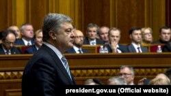 Президент Украины Пётр Порошенко выступает в Верховной раде.