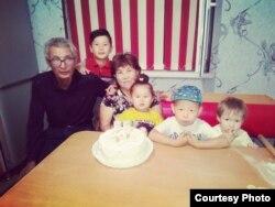 Арыстағы жарылыс кезінде мерт болған Панабек Есмағамбетов (сол жақта) және әйелі Жұпар Есмағамбетова балаларымен бірге. Сурет жеке отбасылық мұрағаттан алынған.