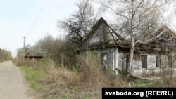 Заброшенный дом в деревне Савичи, расположенной в зоне отчуждения Чернобыльской АЭС. 10 апреля 2016 года.