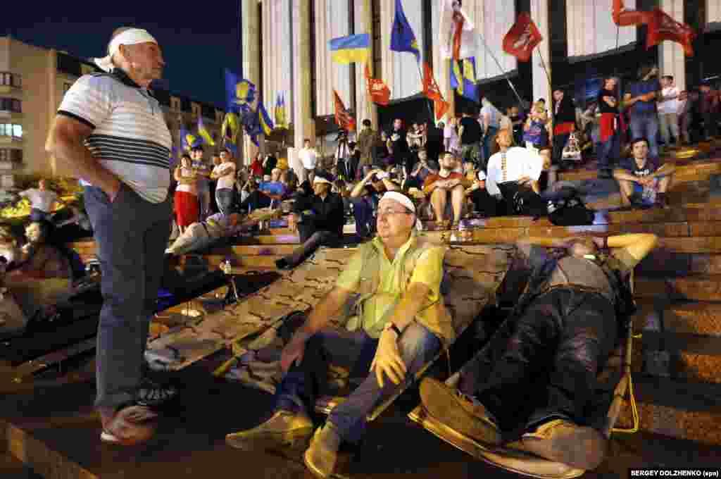 Другий день «Мовного майдану», Київ, 4 липня 2012 року. Ліворуч стоїть народний депутат Ярослав Кендзьор