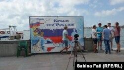 """La Sevastopol, harta Crimeei cu steagul Rusiei şi cu sloganul """"Crimeea este Rusia"""""""