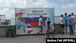 """La Sevastopol, loc de fotografiat: harta Crimeei cu steagul Rusiei și cu sloganul """"Crimeea este Rusia"""""""