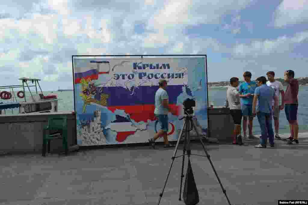 Отдыхающим предлагают сфотографироваться на фоне баннера с надписью «Крым – это Россия!»
