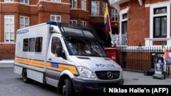 Полицейская машина у посольства Эквадора в Лондоне, 11 апреля 2019 года.
