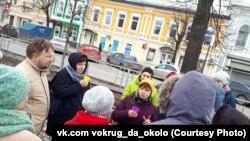 Нина Смелкова (в центре) на экскурсии