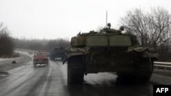 Сепаратисти на Донбасі на наданих Росією танках, архівне фото