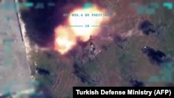 Скриншот видео удара по сирийским силам, опубликованного Турцией