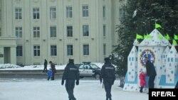 Двое міліцыянтаў саслужбовай машынай пільнуюць парадку лягалоўнай ялінкі вобласьці наплошчы Леніна ўМагілёве
