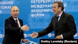 Президент Росії Володимир Путін і колишній канцлер Німеччини, голова комітету акціонерів компанії Nord Stream AG, член правління російського «Газпрому» Ґергард Шредер (праворуч), якого називають «персональним другом Путіна». Петербург, 21 червня 2012 року