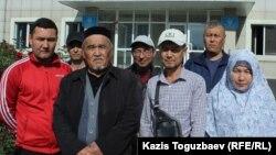 Обвиняемый в участии в деятельности запрещенной организации «Хизб ут-Тахрир» Бекжон Шалабаев (в центре) и его родственники и сторонники у здания суда. Алматы, 17 октября 2019 года.