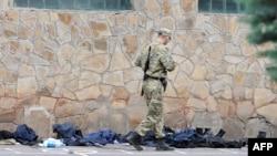 Пророссийский ополченец осматривает одежду у захваченного сепаратистами здания Национальной гвардии Украины. Луганск, 4 июня 2014 года.