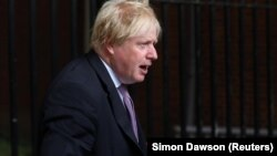 Borin Johnson, în fața reședinței premierilor britanici de la Downing Street, unde se va muta de miercuri