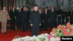 Сын скончавшегося лидера КНДР Ким Чен Ира и его приемник - генерал армии Ким Чен Ын у гроба отца