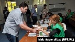 Голосование на парламентских выборах в Грузии. Избирательный участок в Тбилиси.