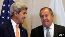 Ресей сыртқы істер министрі Сергей Лавров (сол жақта) пен АҚШ мемлекеттік хатшысы Джон Керри.