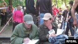(архівна фотографія) Активісти «Зеленого фронту» у центральному парку Харкова, 16 червня 2010 року