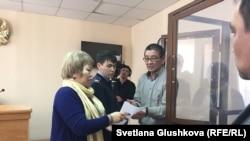 Адвокат Гульнара Жуаспаева и профсоюзный активист Амин Елеусинов находятся в суде.