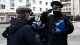 Сотрудники полиции во время проверки документов около станции метро