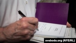 """Уладзімер Арлоў падпісвае сваю кнігу """"Patria Aeterna"""" падчас прэзэнтацыі 1 чэрвеня 2015 г."""