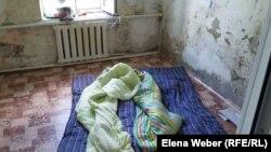 В таких условиях сейчас живет большинство жителей поселка Чкалово, пострадавшего от наводнения. Карагандинская область, 9 июня 2015 года.