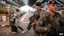 Француски војници на патрола на централната железничка станица во Париз