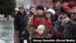 Građani Moskve donose cveće na Staljinov grob, 5. marta 2016.