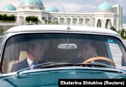 Prezident Berdimuhamedow rus premýer ministri Dmitriý Medwedowy Aşgabatda Sowet döwrüniň ulagynda aýlady