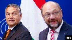Венгрия премьер-министрі Виктор Орбан (сол жақта) мен Еуропа парламенті президенті Мартин Шульц. Брюссель, 3 қыркүйек 2015 жыл.
