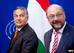 Виктор Орбан (слева) и Мартин Шульц (справа) на совместной пресс-конференции в Брюсселе. 3 сентября