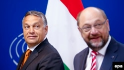 Мулоқоти Орбан (аз чап) ва Шултс