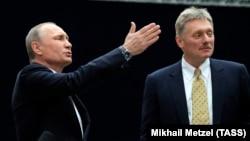 Vladimir Putin (solda) və sözçüsü Dmitri Peskov