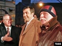 Президент Грузии Михаил Саакашвили (в центре), бизнесмен Бадри Патаркацишвили (справа). Тбилиси, 19 декабря 2003 года.