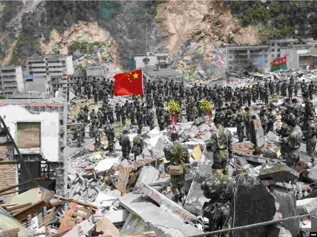 مه: وقوع زلزله ۸ ریشتری در استان سیچوآن چین که بیش از ۳۳ هزار کشته و ۲۰۰ هزار مجروح به جای گذاشت