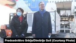Кинеската вакцина Синофарм з пристигна на аеродромот во Белград. Авионот го пречекаа српскиот претседател Александар Вучиќ и амбасадорот на Кина Чен Бо, 16.01.2021 година, Белград