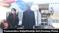 Aleksandar Vučić, predsednik Srbije i Čen Bo, ambasadorka Kine u Beogradu, dočekuju kineske vakcine na aerodromu u Beogradu 16. januara 2021.