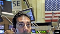 Мировые биржи в понедельник продожили падение, начатое в пятницу