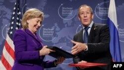Secretara de stat Hillary Clinton și ministrul de externe rus Sergei Lavrov în aprilie 2010 după semnarea Protocolului adițional pe tema plutoniului la summitul de securitate nucleară de la Washington