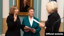Линн М. Трейси приносит присягу в качестве посла США в Армении