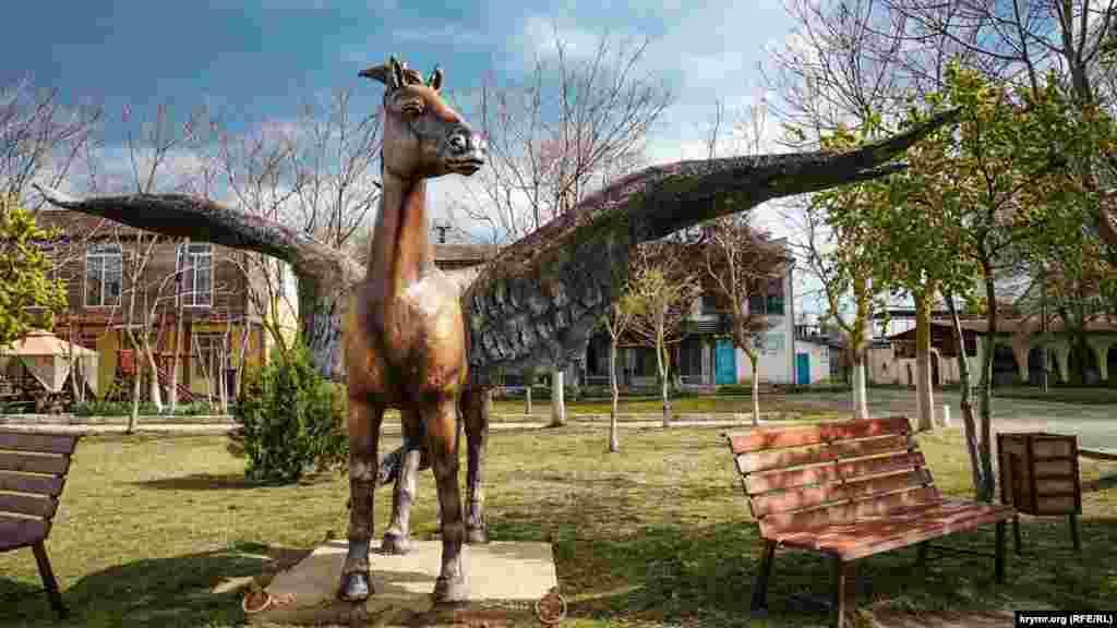 Пам'ятник Пегасу в центрі села з ініціативи голови адміністрації поселення поставили перед початком торішнього курортного сезону