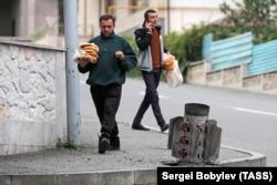 """Забита в асфалта ракета от """"Смерч"""" в Степанакерт. Максималният обсег на оръжието е 90 км."""