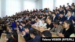 Студенты на встрече с бывшим министром иностранных дел Тулеутаем Сулейменовым. Темиртау, 29 апреля 2016 года.