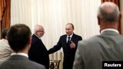 Путин Civil20 җәмгыяте вәкилләре очрашуында Михаил Федотовны сәламли. 14 июнь 2013
