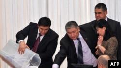 Парламентарии Киргизии выбирают спикера, декабрь 2010 г
