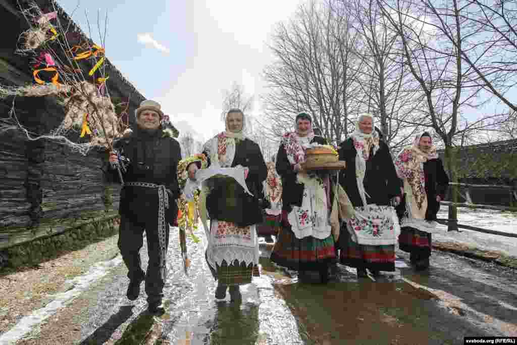 Жители белорусского села Страчицы колядуют на Масленицу
